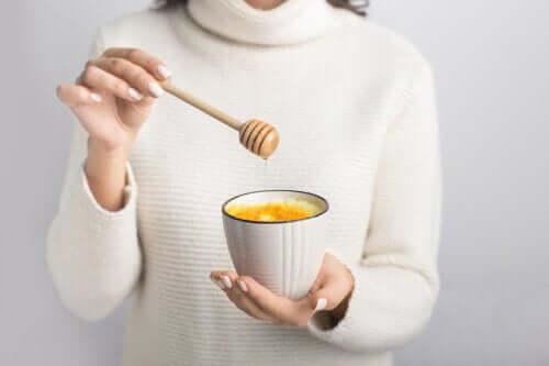 Como tratar a dor de garganta com mel e água morna