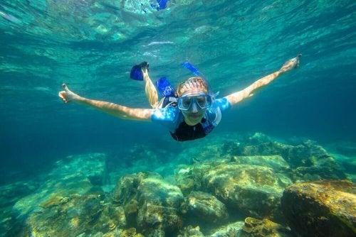 Aprenda a nadar debaixo d'água com estas dicas