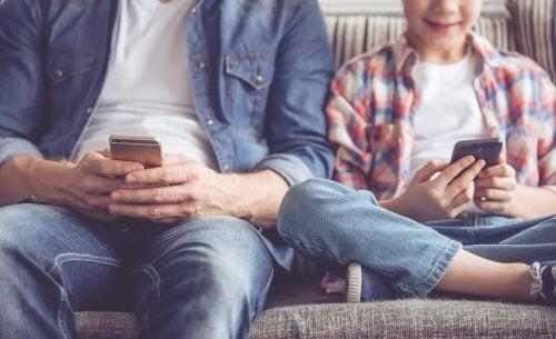 O uso do smartphone pode prejudicar seu filho, por isso deve ser monitorado