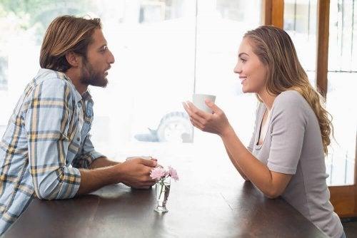 Uma pessoa comprometida gosta de você, se convida você para sair