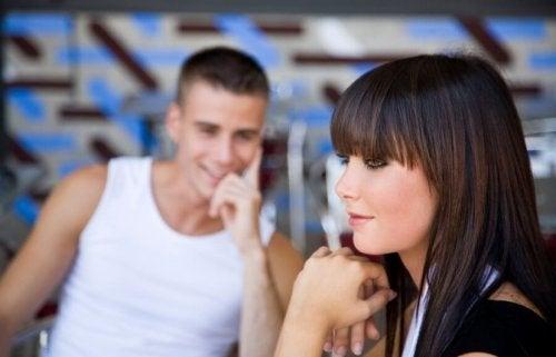 Uma pessoa comprometida gosta de você se lhe olha diferente