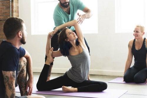 Professor postura de aluna ao praticar ioga
