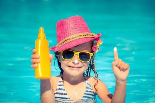 Qual é a diferença entre protetor solar, bronzeador e creme solar?