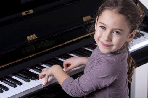uma criança superdotada tocando piano precocemente