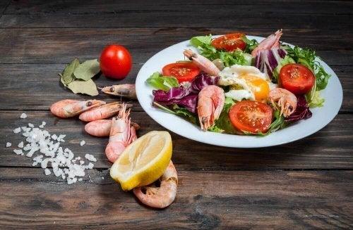 Salada crocante de camarão e legumes
