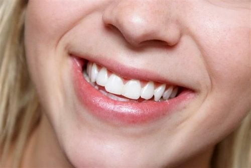 Mulher sorrindo: saúde bucal