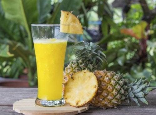Suco de abacaxi com linhaça e limão para afinar a cintura