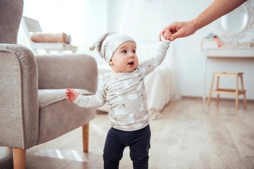 Caminhar é um processo normal no desenvolvimento emocional do bebê