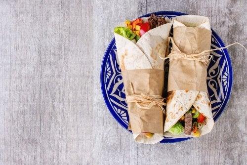 Burrito de arroz de couve-flor e salada tailandesa