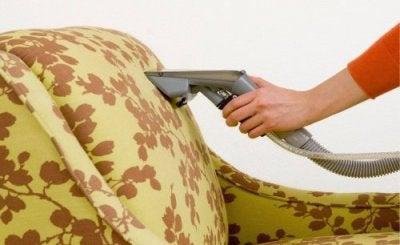 Cama balinesa com almofadas
