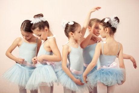 O balé é uma boa atividade extracurricular para crianças introvertidas