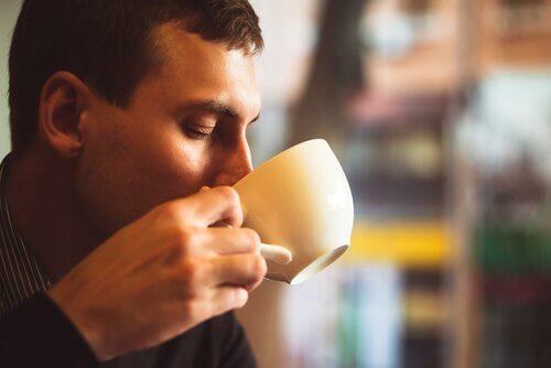 há desvantagens em tomar café diariamente