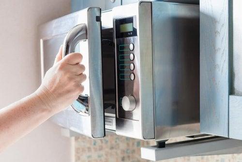 Micro-ondas para limpar esponjas de cozinha
