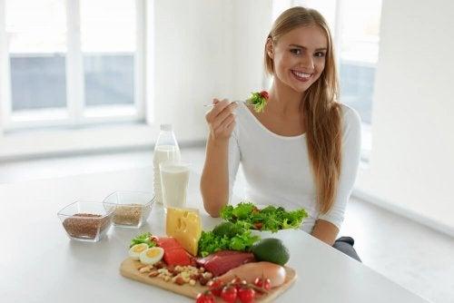Mulher mantendo uma dieta equilibrada