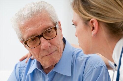 Jovem ouvindo atentamente e respeitando as decisões do idoso