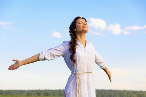 Mulher se beneficiando dos exercícios de respiração