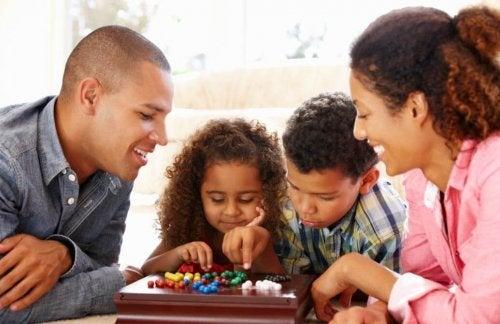 O primeiro nível de comunicação com seus filhos envolve falar de coisas superficiais