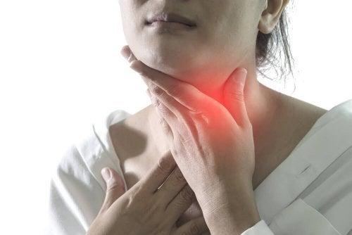 Dor pela falta de tratamento da faringite