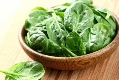 Jantares leves que cuidam do seu peso: Salada de espinafre