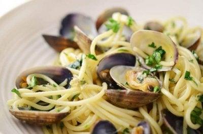 Macarrão salteado com ostras e lagostins