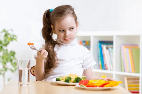 Menina com neofobia alimentar
