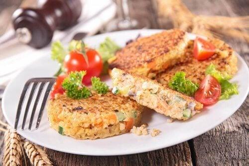 Omelete de alho poró, quinoa e bebida de avelãs