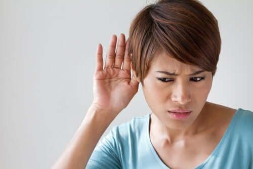 As causas da perda de audição podem ser muito variadas, algumas delas bastante graves. Por isso,convém sempre procurar um médico especialista antes de começar qualquer tratamento