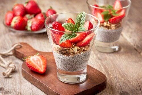 Pudim de chia e frutas como opção de sobremesa light
