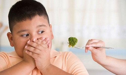 Criança que não quer brócolis