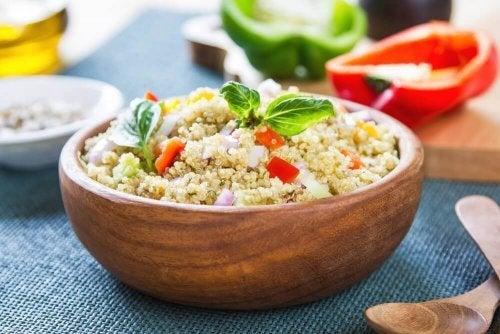Salada de poucas calorias com quinoa, erva-doce e tomates