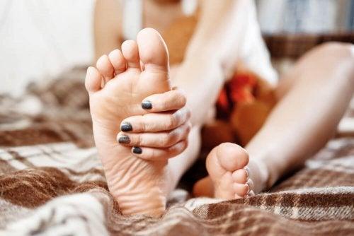 Mulher aplicando talco caseiro nos pés