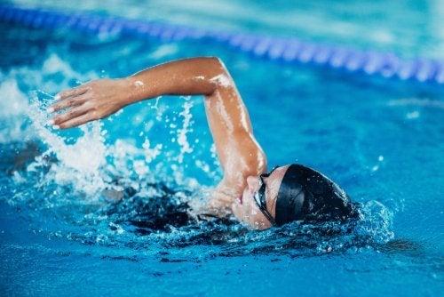 A touca de natação pode limitar a exposição ao cloro