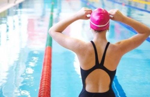 Resistência reduzida ao usar touca de natação na piscina