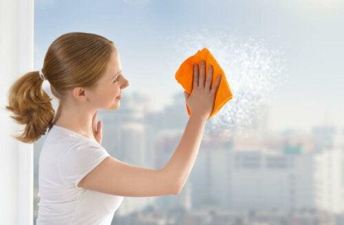 Limpar as janelas com maisena