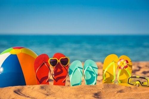 Chinelos na praia durante o verão