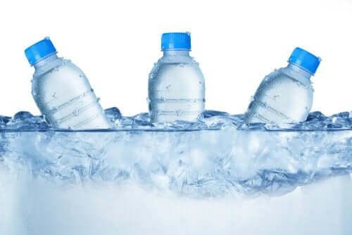 É possível queimar calorias bebendo água gelada?