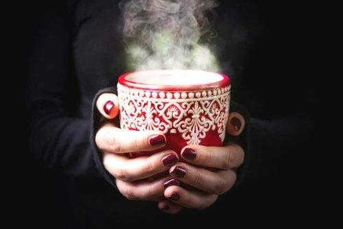 Bebidas quentes e frias para aliviar a dor de garganta