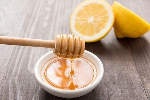 Água com mel e limão para aliviar a dor de garganta