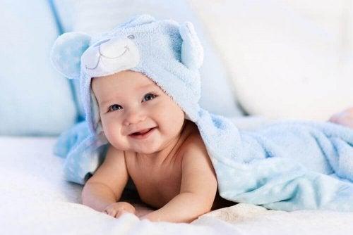 Dicas para cuidar do cabelo do bebê: não coloque gorros