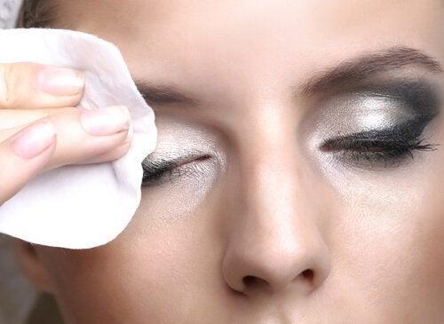 Rotina para cuidar da pele à noite: remover maquiagem