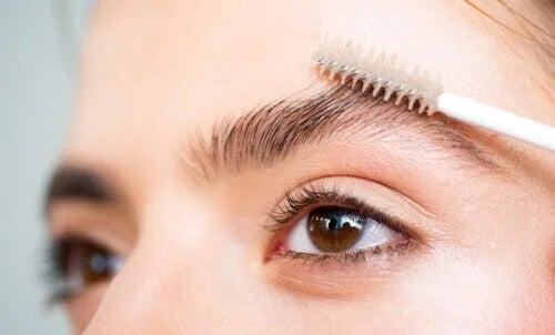 Soluções naturais para fazer crescer as sobrancelhas