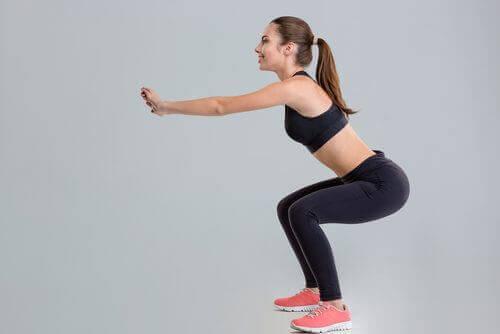 O agachamento é um exercício básico para fortalecer os músculos das pernas e tonificar os glúteos