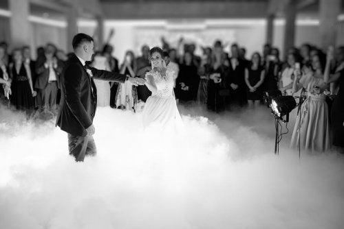 Casal dançando com músicas para casamento