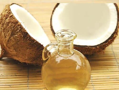 O óleo de coco pode ser aplicado diretamente sobre o couro cabeludo para combater o ressecamento crônico