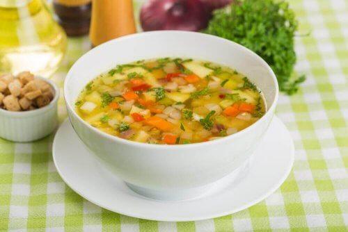 Sopa de verduras com trigo sarraceno