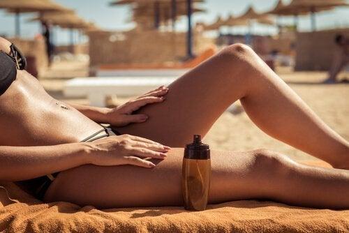 Mulher tomando sol com produtos à prova d'água