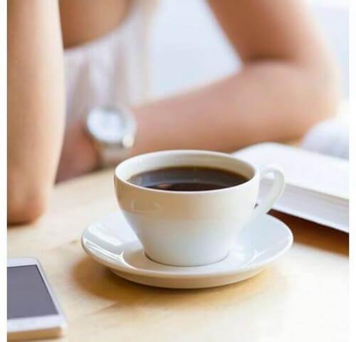 Os efeitos da cafeína variam de acordo com a quantidade que você ingere. Por esse motivo, é importante saber o quanto você pode consumir e onde encontrar substitutos para o café