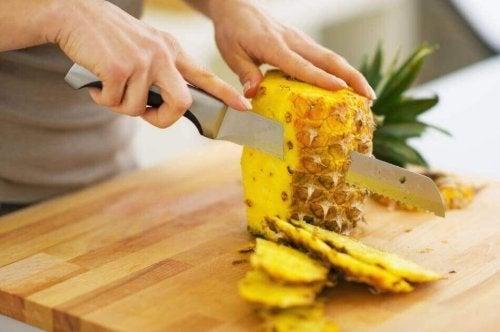 O abacaxi pode servir parar preparar várias saladas de frutas
