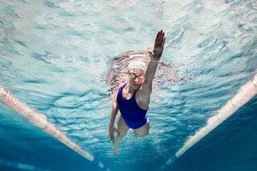 5 benefícios psicológicos de praticar natação
