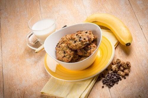 Biscoitos de banana com leite
